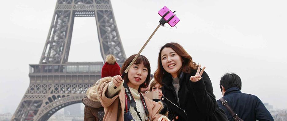 Filles asiatiques devant la tour Eiffel